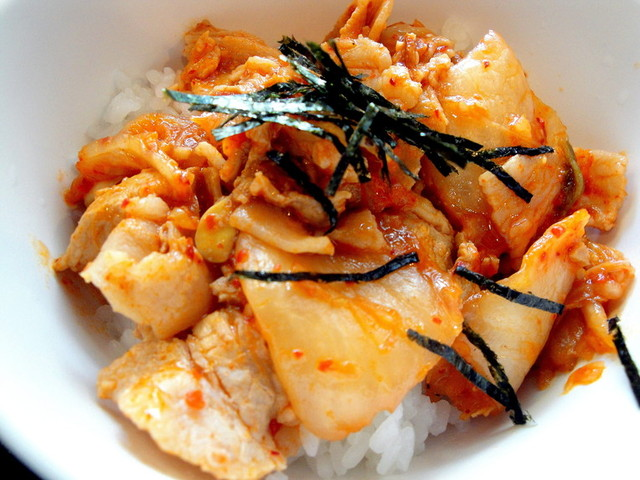ご飯のおかずやお酒のおつまみに♪キムチを使った簡単レシピ5選のサムネイル画像