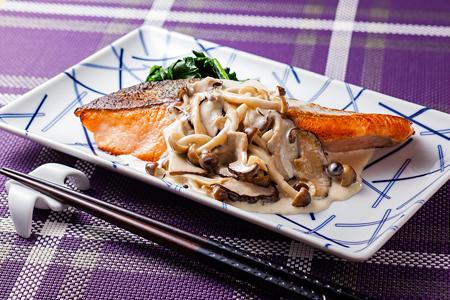 ふっくらコリコリ!鮭ときのこを使った美味しい厳選レシピ5選のサムネイル画像