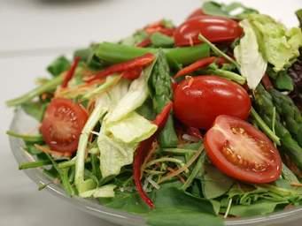 生野菜から温野菜まで!ヘルシーなサラダのおすすめレシピ5選のサムネイル画像