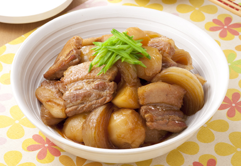 定番家庭料理!ヘルシーで美味しい豚肉の肉じゃがの人気レシピ特集!のサムネイル画像
