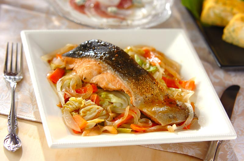 サラダからがっつりおかずまで!鮭とキャベツの美味しい組み合わせ!のサムネイル画像