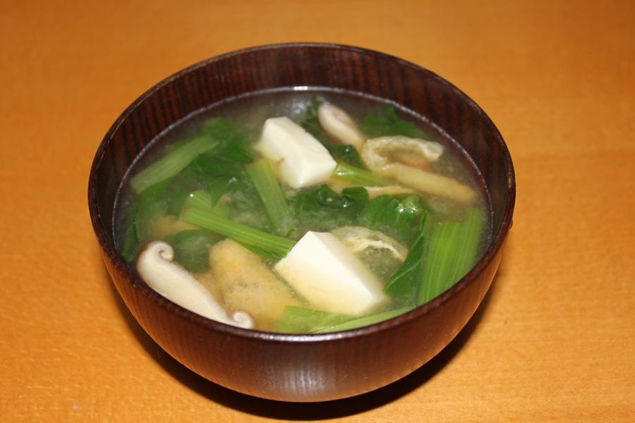お味噌汁を食べて健康な生活を!小松菜を使った味噌汁のレシピ5選のサムネイル画像