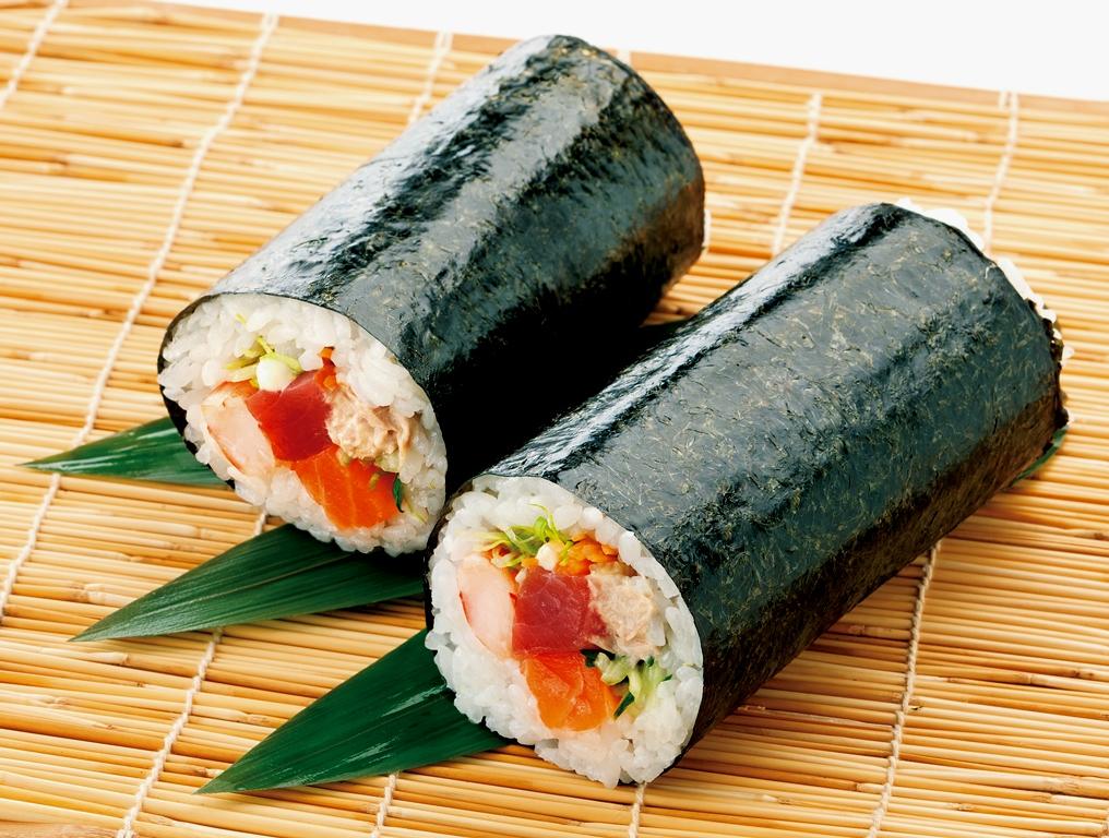 おもてなしにピッタリ!簡単なのに豪華に見える巻き寿司レシピのサムネイル画像