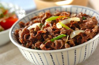 野菜も入れて栄養満点!がっつり食べたい牛丼のおすすめレシピのサムネイル画像