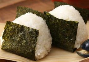 お弁当や夜食に美味しく食べよう!人気のおにぎりレシピをご紹介!のサムネイル画像