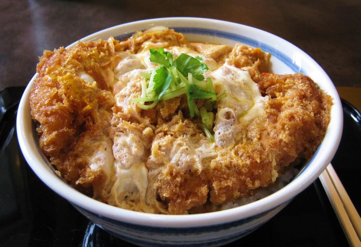 今日はガッツリ食べたい丼物!!すぐに作れるレシピ5選まとめのサムネイル画像
