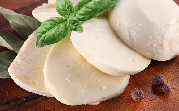 もちもちやわらか~なモッツァレラチーズのおいしいレシピ5選のサムネイル画像