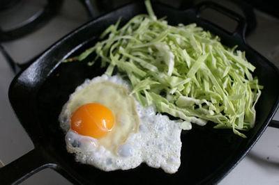 安くて味の相性も抜群!キャベツと卵を使った、超簡単なレシピ集のサムネイル画像