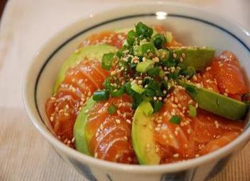 漬けサーモンにすることでとろける食感!漬けサーモンの絶品レシピのサムネイル画像