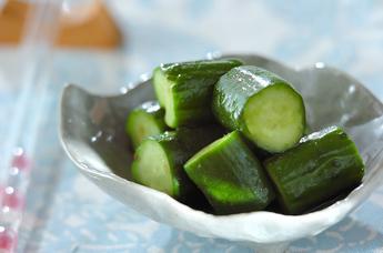 もう、箸がとまらない!簡単!美味しい!きゅうりの漬物レシピ5選のサムネイル画像