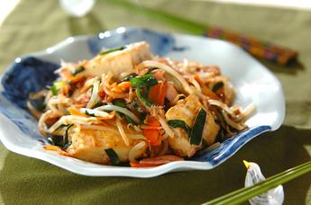 沖縄料理の定番!ヘルシーで簡単に作れる豆腐チャンプルーのレシピ!のサムネイル画像