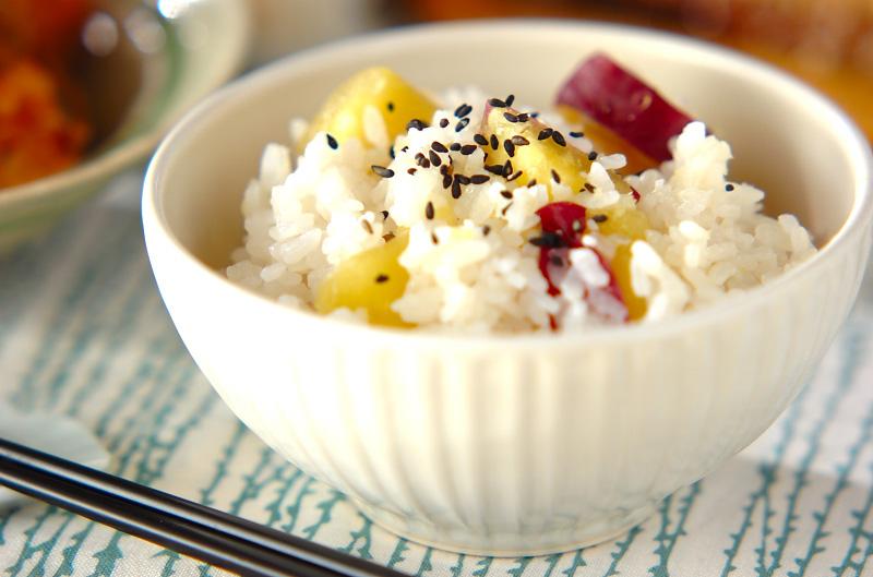 秋の味覚♪ホックホクで甘くて人気のさつまいもご飯のレシピのサムネイル画像