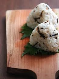 「塩昆布×〇〇」で絶品!簡単&美味しい塩昆布おにぎりのレシピ9選のサムネイル画像
