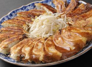 真ん中のもやしが特徴のとてもおいしい「浜松餃子」のレシピ 5選のサムネイル画像
