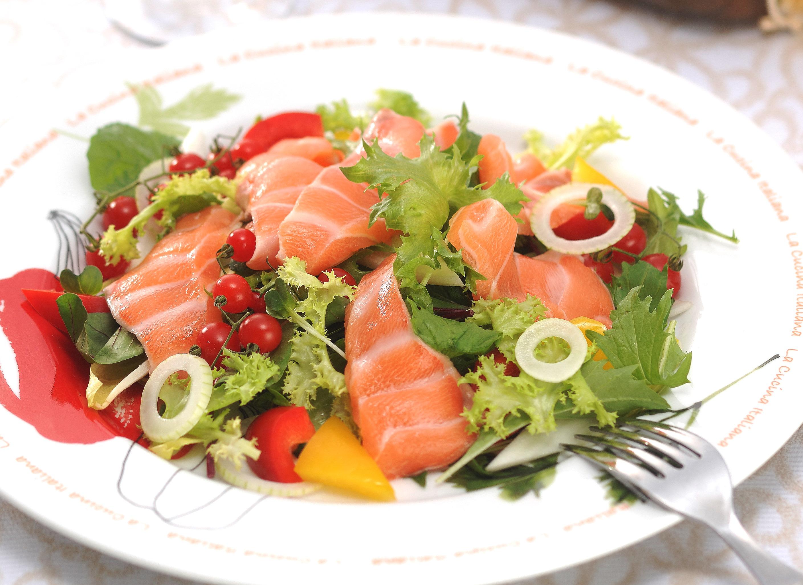 新鮮な野菜をさらに美味しく食べよう。サーモンを使ったサラダたち。のサムネイル画像