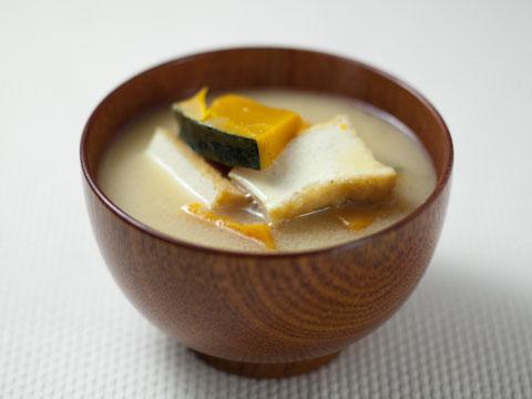 色んな具材と合わせて☆手軽で美味しい!厚揚げのお味噌汁レシピのサムネイル画像