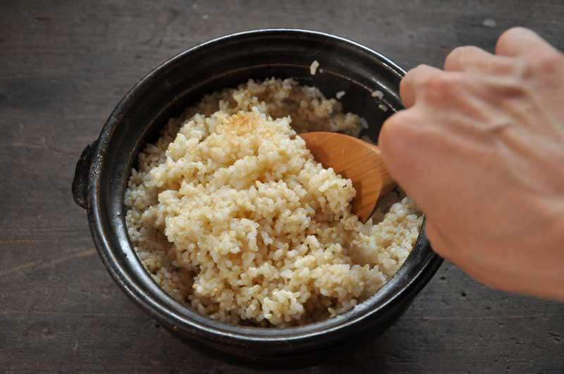 土鍋や圧力鍋ですぐ炊ける玄米の炊き方「びっくり炊き」が話題に!のサムネイル画像