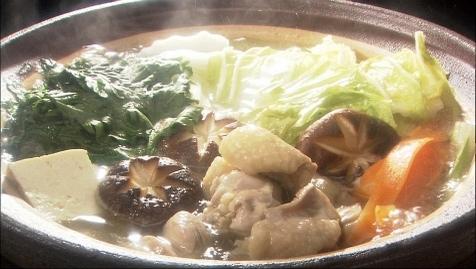 水炊きは鶏が主役、コラーゲンの旨味が染みたおだしで極上の鍋に!のサムネイル画像