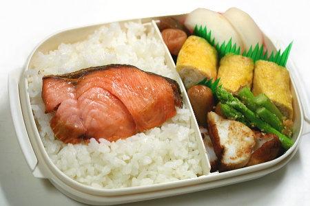 冷めても美味しい!お弁当用の塩鮭の焼き方をご紹介します!のサムネイル画像