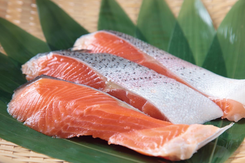 離乳食の鮭はいつから食べられる?鮭を使った栄養満点の離乳食レシピのサムネイル画像