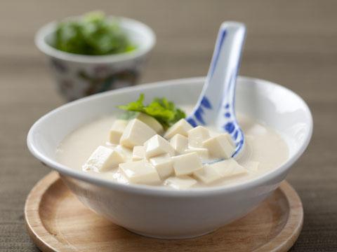 豆乳で煮込めばとろとろに♡絶品豆腐を手軽に食べられるレシピ!のサムネイル画像