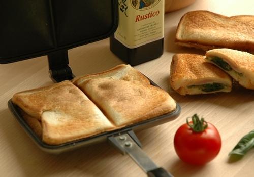 バウルーを使いこなそう!直火で作る簡単ホットサンドのレシピを紹介のサムネイル画像