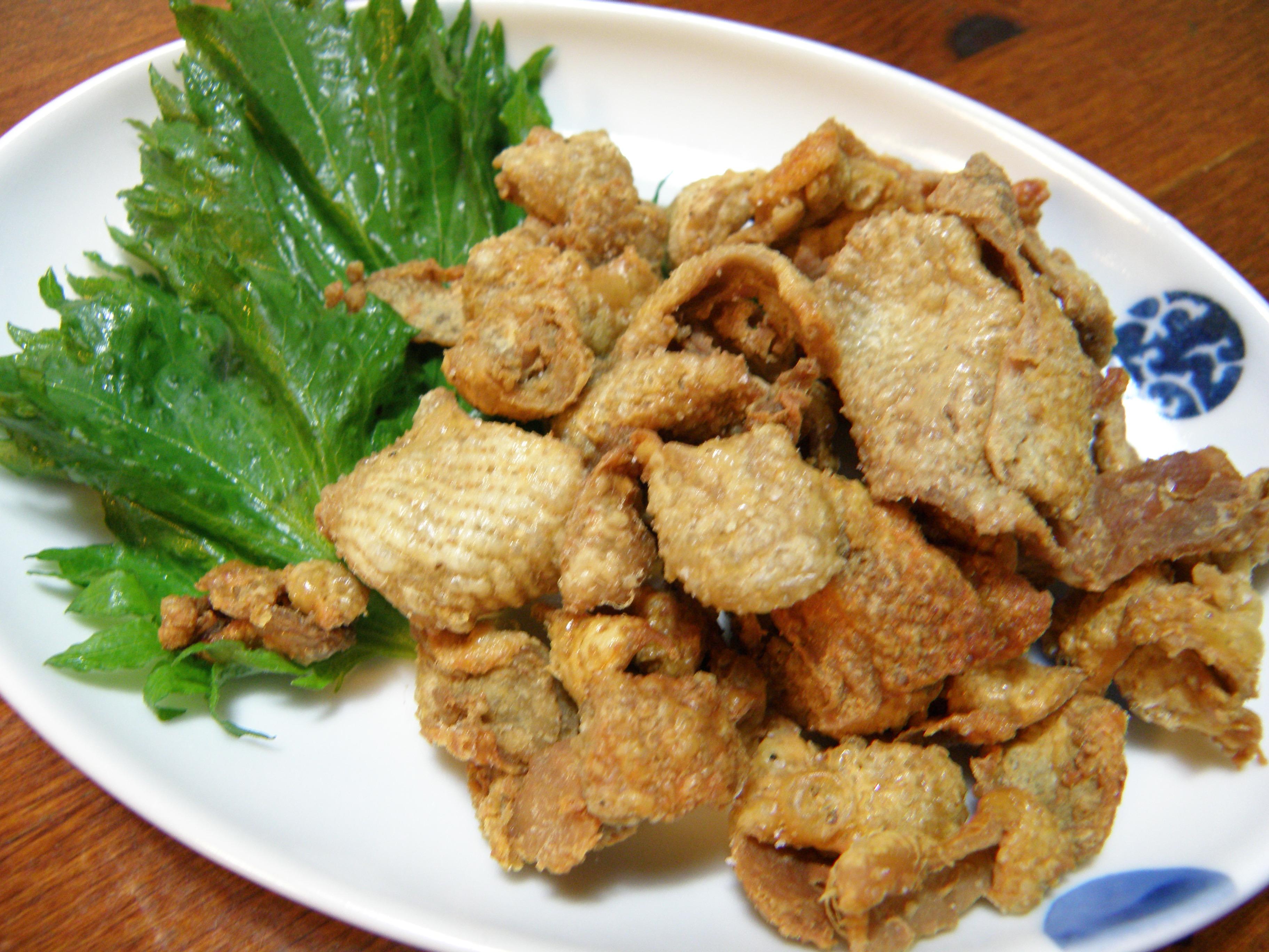 そのまま捨てたらもったいない!鶏皮を美味しく食べるレシピ5選のサムネイル画像