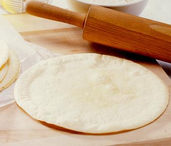 昼食やパーティに!簡単に作れるピザ生地の作り方をご紹介します!のサムネイル画像