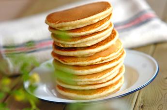 軽食にもおすすめ!色々なアレンジを楽しめるホットケーキレシピ5選のサムネイル画像