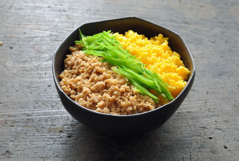 ご飯をモリモリ食べられちゃう!いろんなそぼろ丼レシピをご紹介!のサムネイル画像