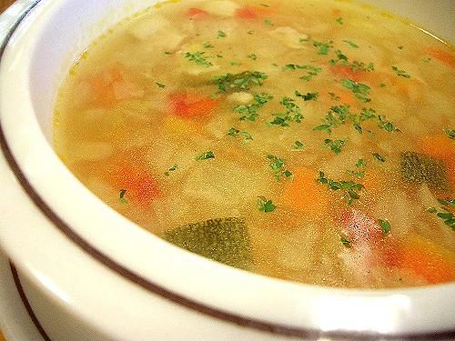 シンプルだからこそアレンジ自在!コンソメスープの人気レシピ5選のサムネイル画像