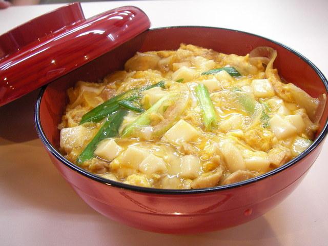 お腹が空いたらすぐ作れる!簡単&節約!美味しい玉子丼の作り方5選のサムネイル画像